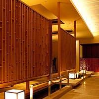 厳島神社の回廊をモチーフにした和モダンな空間で過ごす、特別な時間