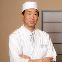 京都の料亭で修業後、ふくに魅せられて20年弱、高柳料理長が心を込めてお作りいたします