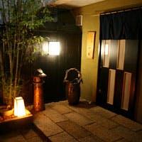モダンな店内と和の雰囲気、お庭の佇まい、そして心からのおもてなし