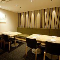 店内はカウンターをはじめ、ご接待にも最適な個室、グループ利用可能な半個室を完備
