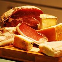 熟成ハムやチーズ、ワインそしてパンツェロッティなどオリジナルに富んだ品揃え