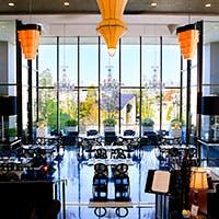 大きな窓があり陽が差し込み明るく天井が高い開放感のある空間
