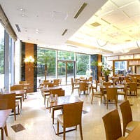 大きな窓から陽射しが入り開放感あふれる落ち着いたレストラン