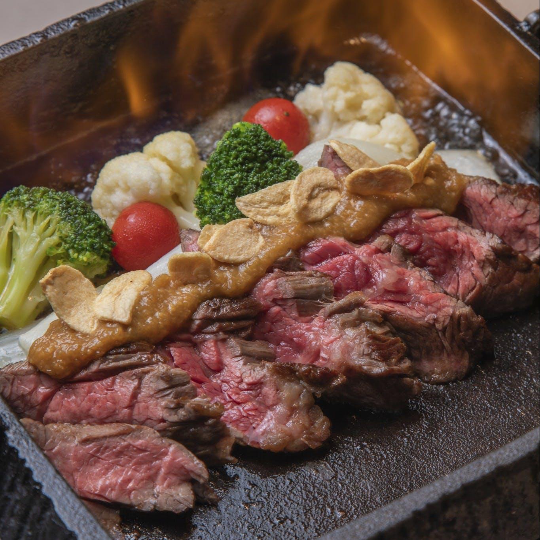 美食米門横浜名物、牛カイノミ肉の鉄鍋ステーキ