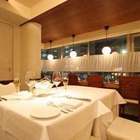 白を基調としたシックな店内 開放感あふれるオープンキッチン