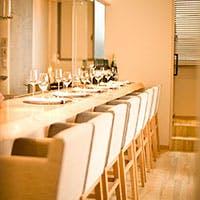 茶室を彷彿とさせるにじり口の様な扉の先に広がる、落ち着きのあるナチュラルな空間