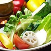 契約農家から直送の野菜や卵など国産食材を中心とした食材を使用