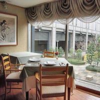京都の中心繁華街から近い、ビルの谷間のオアシスのような公園に面した大人の隠れ家