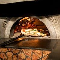 本場のナポリピッツァをはじめ、南イタリア郷土料理をベースにした、前菜や料理の数々