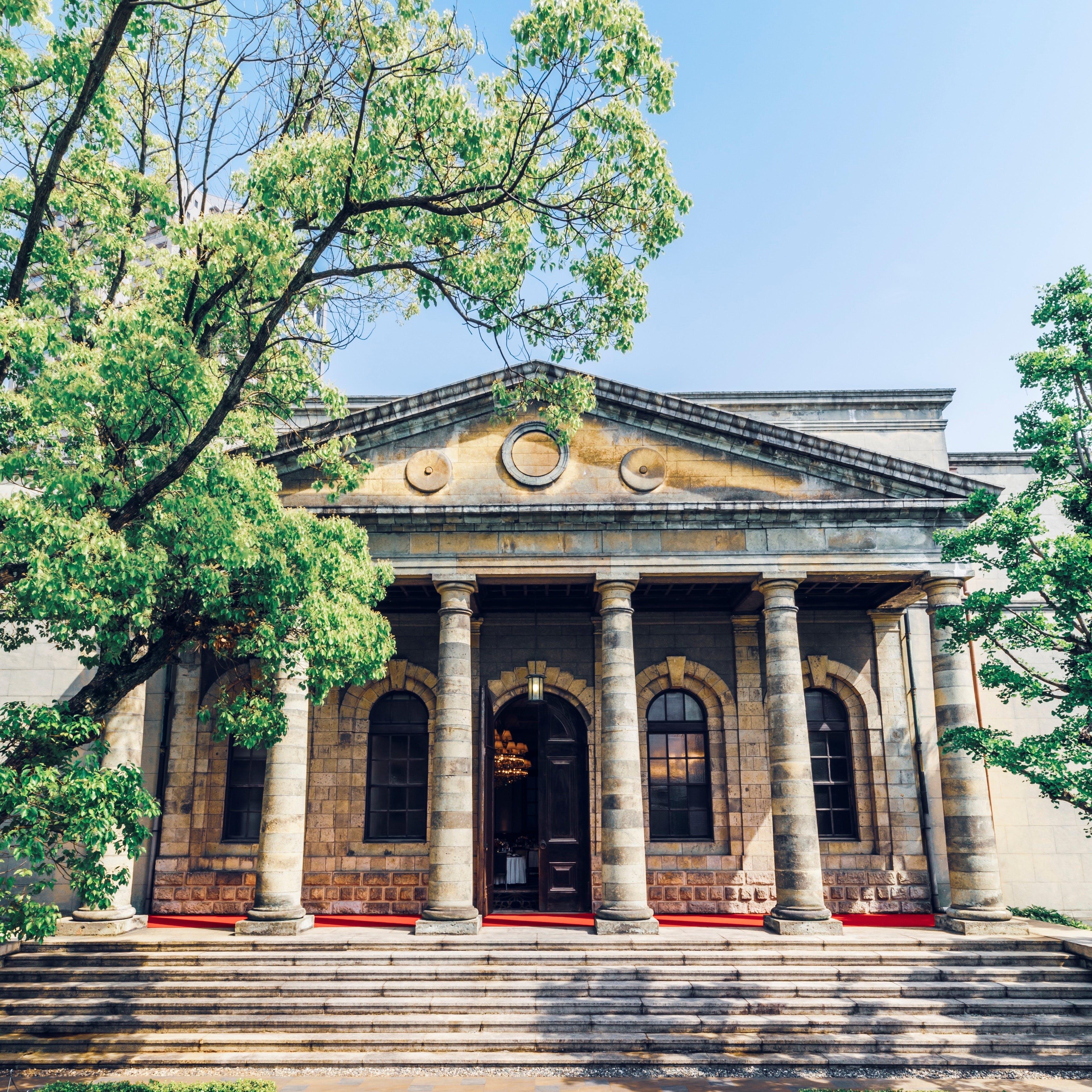 国の重要文化財である正面玄関は、1870年建設の造幣局を移築しレストランに再生