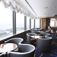 見晴らしのよい最上階のカフェ・バーで優雅な時間をお過ごしいただけます