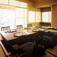 庭園に面したテーブル席、掘りごたつ式のお座敷に、粋な寿司カウンターも