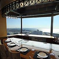 すべての席から最上階の眺望を楽しめるカウンター席