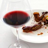 ソムリエ厳選のワインは400種以上。ワイン通のゲストも納得のクオリティをお気軽に