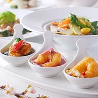昼は飲茶ランチをメインにバラエティ豊かに、夜は本格広東風料理をご用意しております