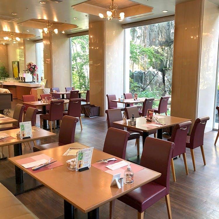 心和む庭園を臨み、陽光溢れる明るい開放的なレストランホール