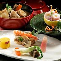 加賀料理の伝統を受け継ぎ、季節感と旬の味覚を大切にご提供しています