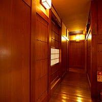温かみのある純和風の木造建築で、ゆったりと趣のある空間を