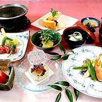 器にもこだわったエレガントな盛り付けの料理で、華やかな刻をお楽しみください。