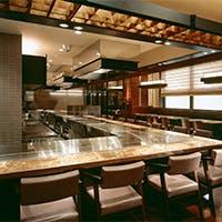 ずらっと並んだカウンター席では、鉄板焼料理を五感でお楽しみいただけます