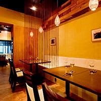 暖かい照明、広いテーブル…居心地の良いくつろぎの空間