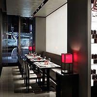 アルマーニ / カーザのランプをはじめ、店内の1つ1つがアルマーニの世界観を表現