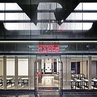 ミラノにあるエンポリオ アルマーニ カフェと同様、エレガントな雰囲気に