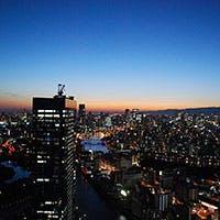 大阪市内を一望できる地上150mの絶景。さまざまな表情の夜景を味わえます