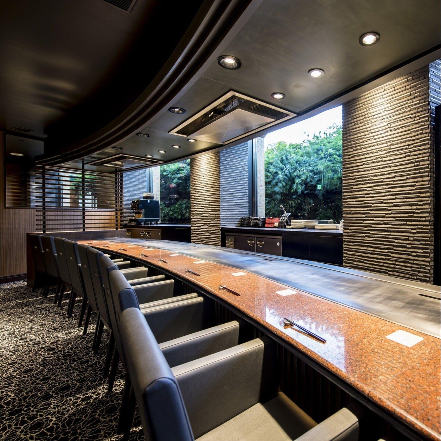 鉄板職人のライブ感溢れるシェフズテーブルは最高の特等席