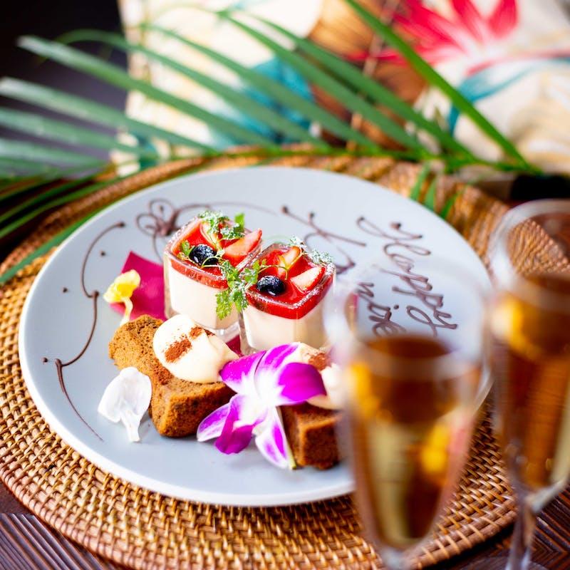 【アニバーサリーフルコース7800円】アヒポキ、自家製サーモンやなどハワイアンメニュー全5皿