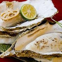 四季の移ろいを料理に映した日本料理。冬は牡蠣、夏は鱧などの贅沢な季節料理をどうぞ