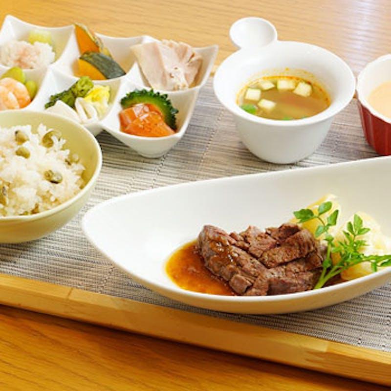 【よくばりランチ】前菜6種盛、国産牛フィレ肉、スープなど+デザート+食後カフェ