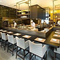 厨房を取り囲むように配置された壮大なカウンター席が食事の期待値を高めます