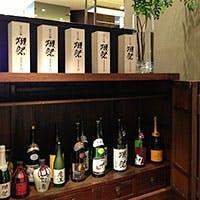 徳島の日本酒や焼酎をはじめ、人気の「獺祭」など食事を引き立てるお酒が揃う