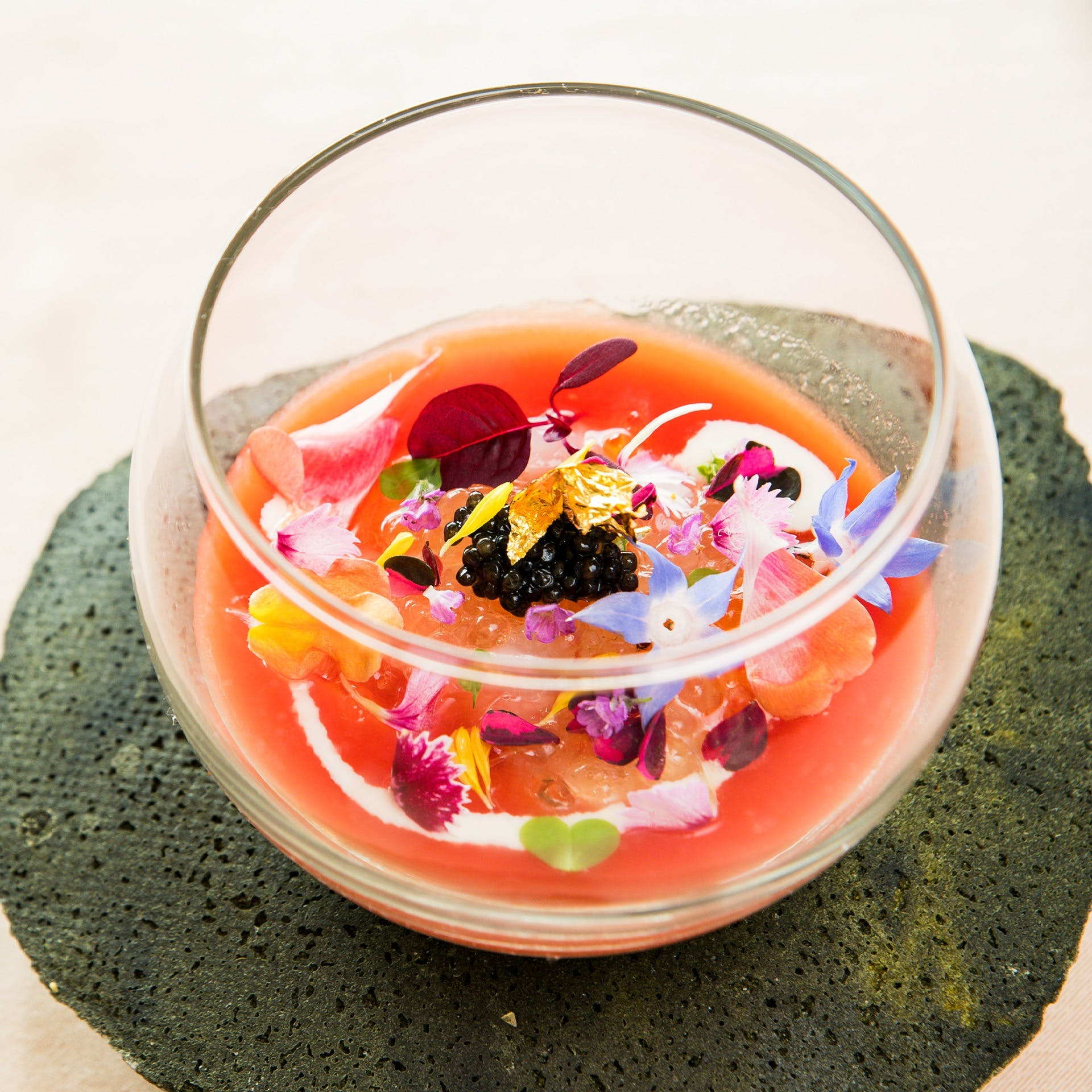 シェフ緒方が料理へのストイックな思いを、一皿一皿に表現しております
