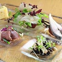新鮮な食材を生かした料理で多くのファンを魅了するビストロ