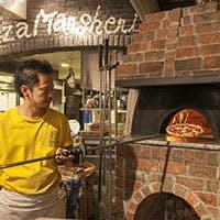 生地から作る薪窯で焼きあげるナポリピッツァをお楽しみください