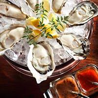 落ち着いた雰囲気でガラスのアイスベッドに牡蠣が並びます