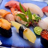宮古島産カツオや白身魚、車エビなどの地元で獲れた新鮮な魚介類も味わえる