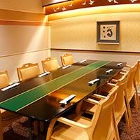 落ちついた設えのホール席に、人数に合せて使える大小の個室完備