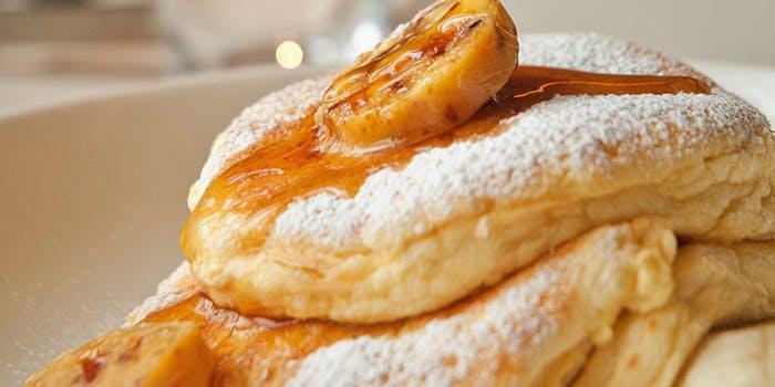 フレッシュバナナとハニーコームバターのパンケーキ
