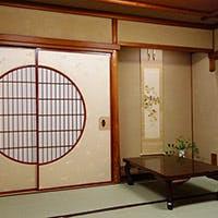 お茶屋が建ち並ぶ花街・先斗町の雰囲気に溶け込む赤い壁の店構え