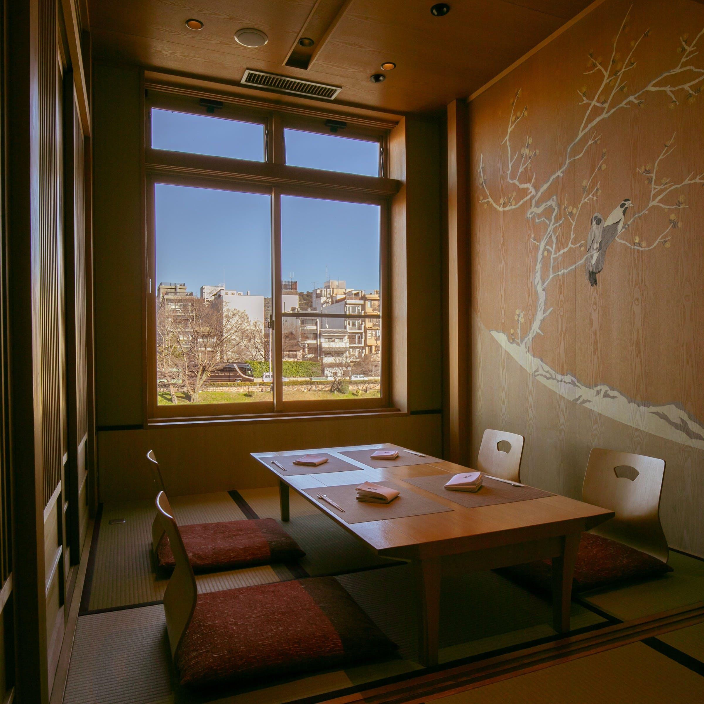 2階は全て個室、川床席も愉しめる京都の風情漂う店内