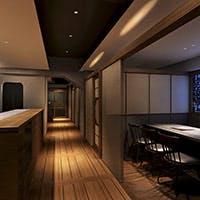 象徴的な暖炉を囲む個室席と大人の雰囲気あふれるカウンター席