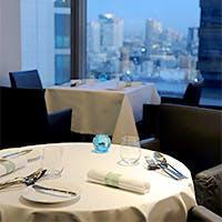 デザイン性の高いインテリアと窓の外に広がる景色に包まれてお洒落なお食事の時間を
