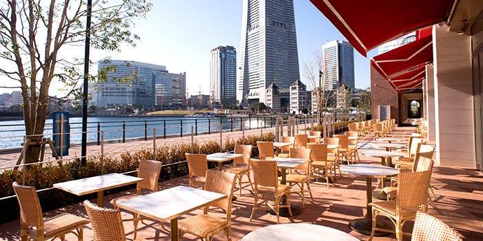 海を望むテラスでまったり「アニヴェルセルカフェ みなとみらい横浜」
