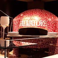 本場ナポリの職人が作ったピザ窯が存在感を放つ店内