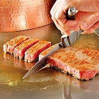一流シェフが厳選した旬の食材を目の前で焼き上げます。至高の時間をお過ごし下さい
