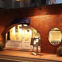 レンガ造りの外観はまるで一軒家レストランのよう