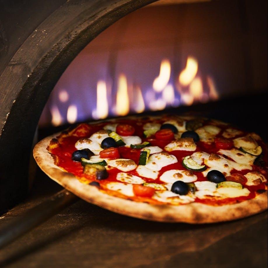 ピッツァ職人の技を目で愉しみながらお食事を